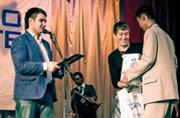Олег Дронов, руководитель игрового направления компании Softline, вручает призы победителям.